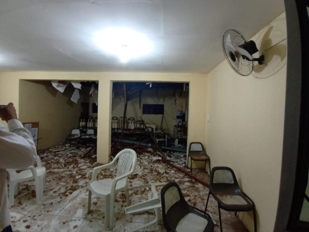 Queda de arvore destrói parcialmente igreja evangélica em Palmeira dos Índios