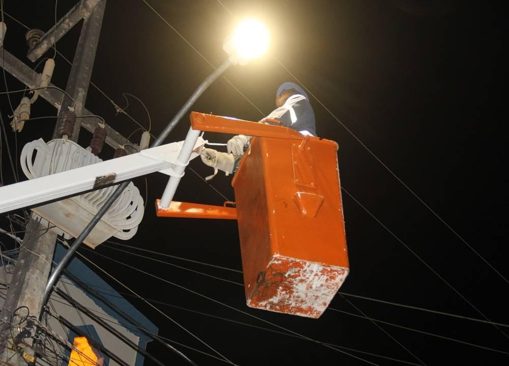 Bairro Arnon de Mello é beneficiado com iluminação em LED em Arapiraca