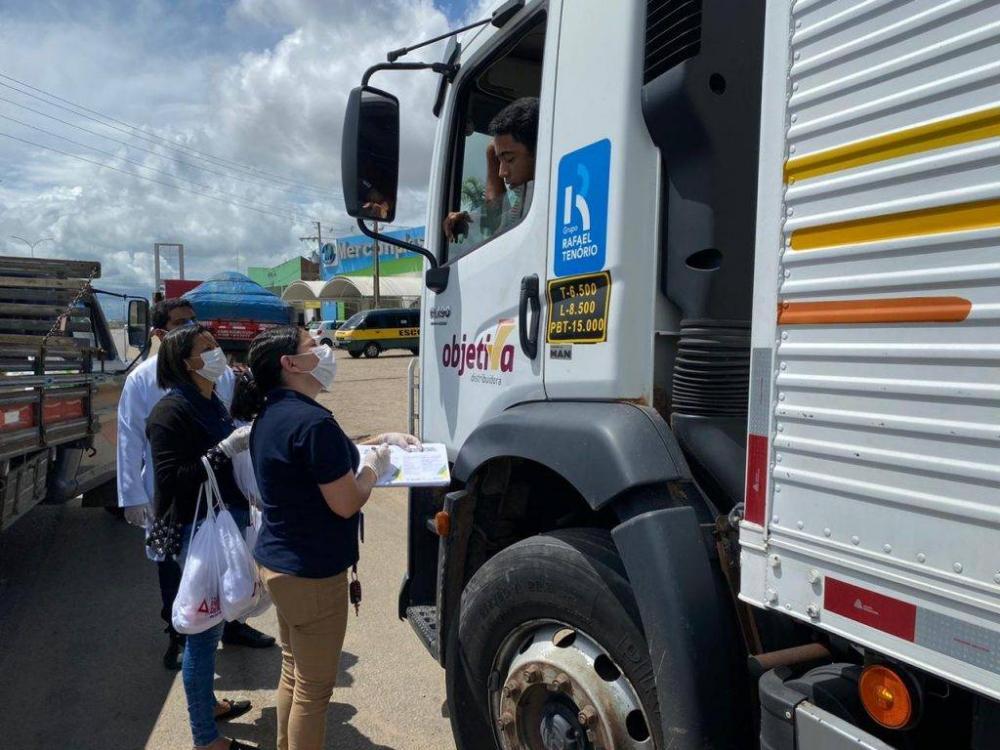 Prefeitura de Arapiraca faz ação integrada com orientação e distribuição de kits de higiene para caminhoneiros