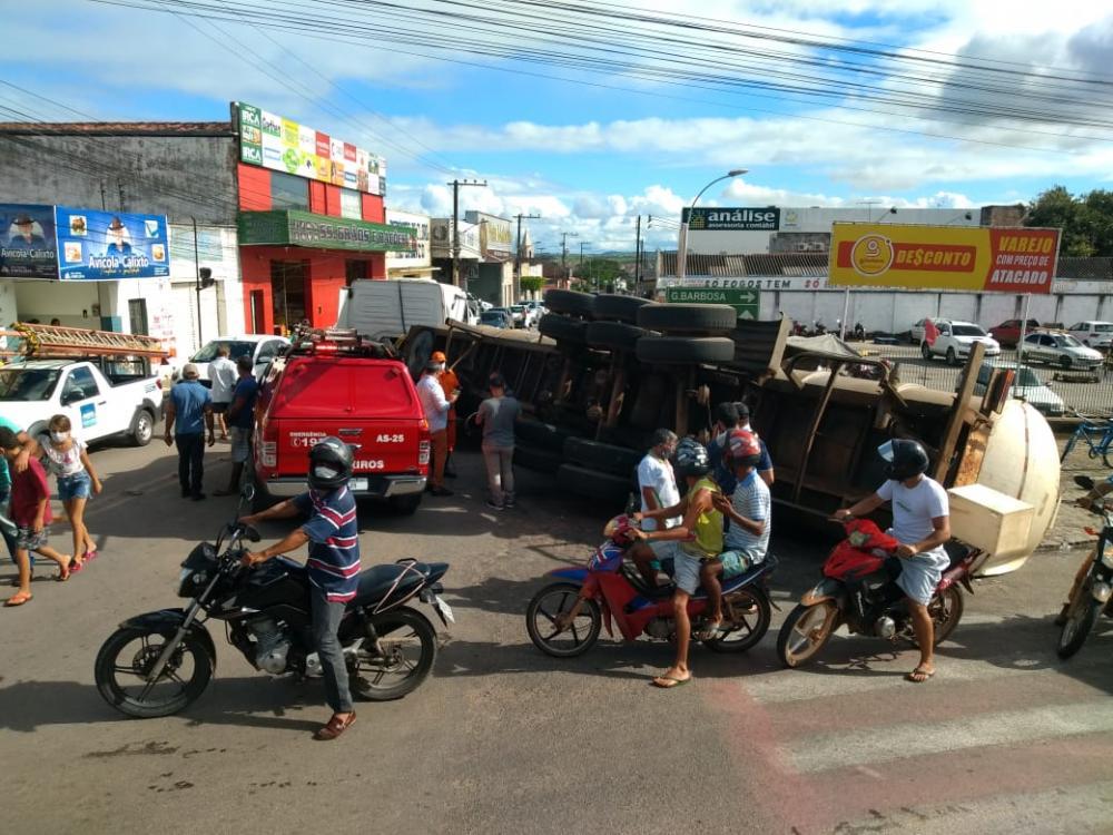 Carreta com carga de água mineral tomba no centro de Arapiraca